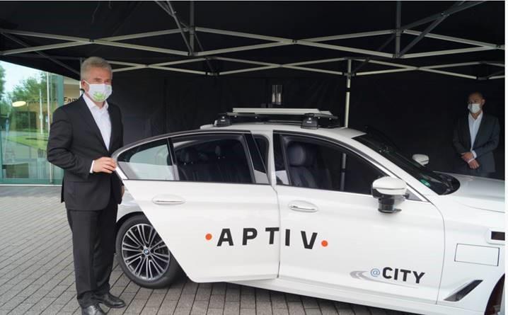 Minister Andreas Pinkwart neben Aptiv BMW